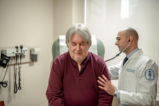 芬斯特马赫参加了一种实验性药物的试验,该药物已经显示出可帮助他抗击癌症的迹象